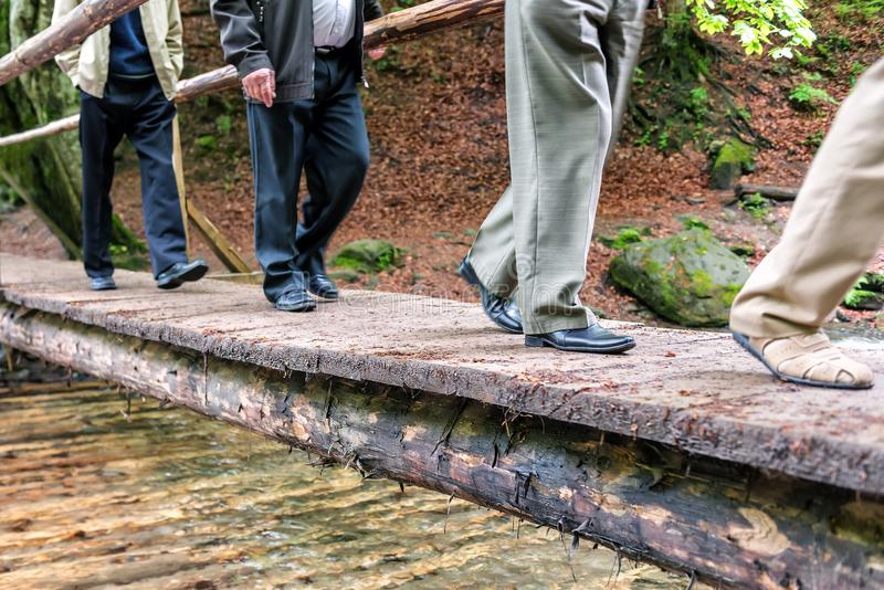 Piernas del ` s de los hombres en pantalones y zapatos en el puente imagen de archivo libre de regalías