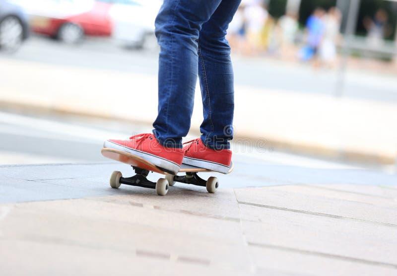 Download Piernas Del Skater Que Montan En El Monopatín En Ciudad Imagen de archivo - Imagen de transporte, tráfico: 64209463