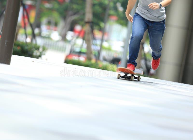 Download Piernas Del Skater Que Montan En El Monopatín En Ciudad Foto de archivo - Imagen de patín, tráfico: 64209830