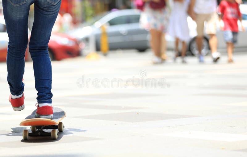 Download Piernas Del Skater Que Montan En El Monopatín En Ciudad Imagen de archivo - Imagen de reloj, patín: 64210565