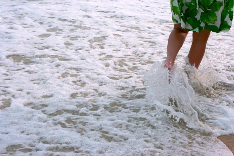 Piernas en el waterfllow. foto de archivo
