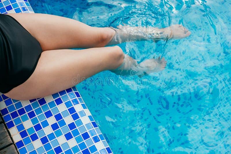 Piernas en la piscina imágenes de archivo libres de regalías