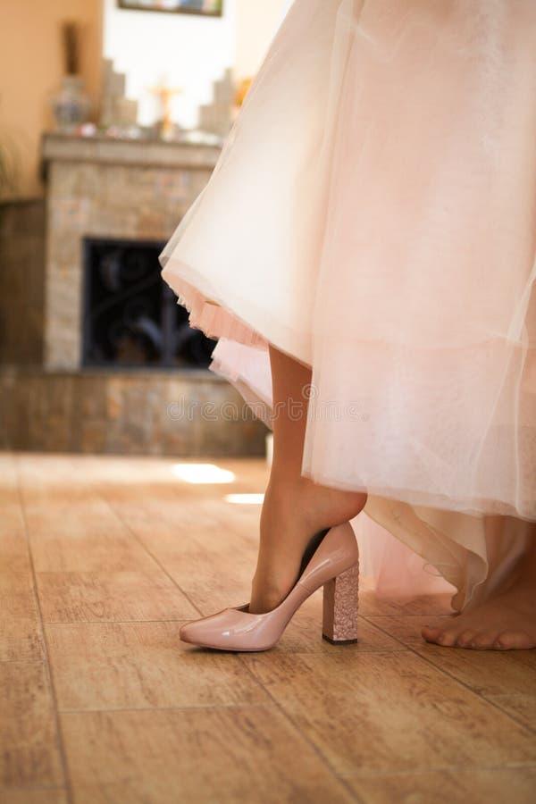 Piernas en los zapatos que se casan de marfil fotografía de archivo libre de regalías
