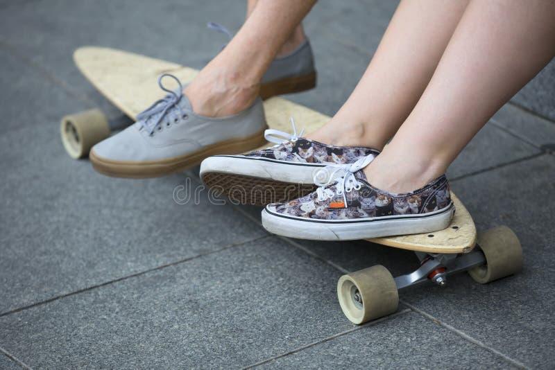 Piernas en zapatos con los tableros largos imagen de archivo