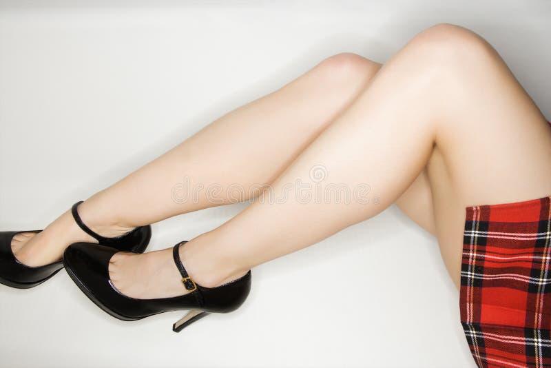 Piernas femeninas atractivas. imagenes de archivo