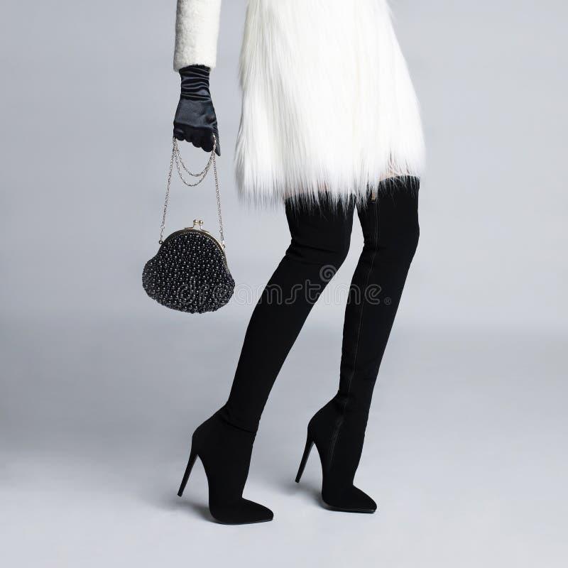 Piernas femeninas delgadas en medias de las botas fotografía de archivo libre de regalías
