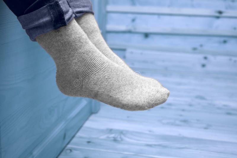 Piernas femeninas en calcetines de lana fotografía de archivo libre de regalías