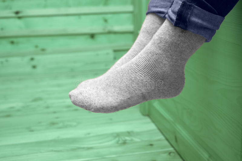 Piernas femeninas en calcetines de lana fotos de archivo libres de regalías