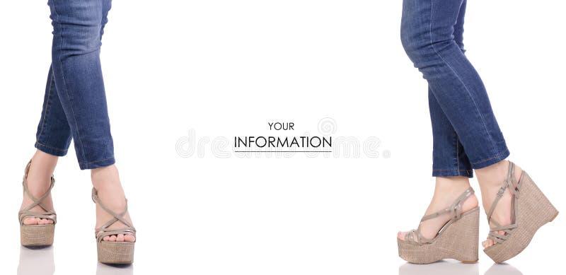Piernas femeninas en vaqueros y sandalias grises en un modelo determinado de la belleza de la moda de la tienda de la compra de l imagen de archivo libre de regalías