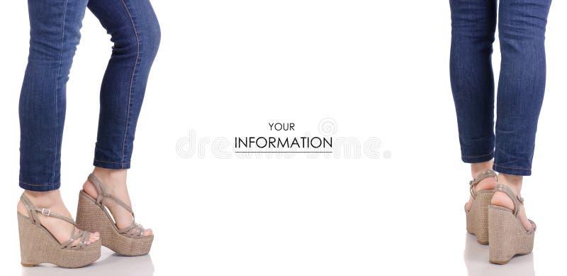 Piernas femeninas en vaqueros y sandalias grises en un modelo determinado de la belleza de la moda de la tienda de la compra de l fotos de archivo