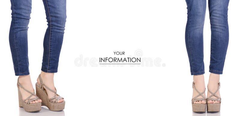 Piernas femeninas en vaqueros y sandalias grises en un modelo determinado de la belleza de la moda de la tienda de la compra de l imagen de archivo