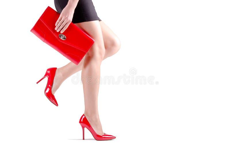 Piernas femeninas que caminan hermosas en zapatos rojos imagen de archivo libre de regalías