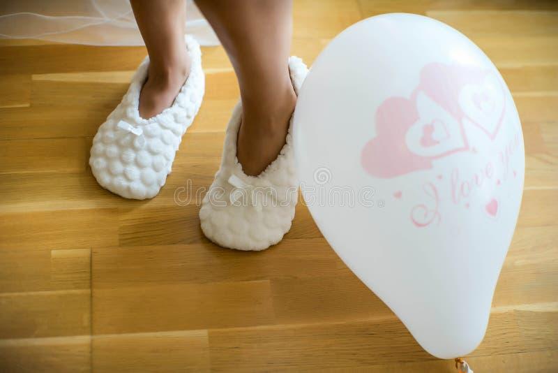 Piernas femeninas y un globo con el texto: Te amo fotos de archivo