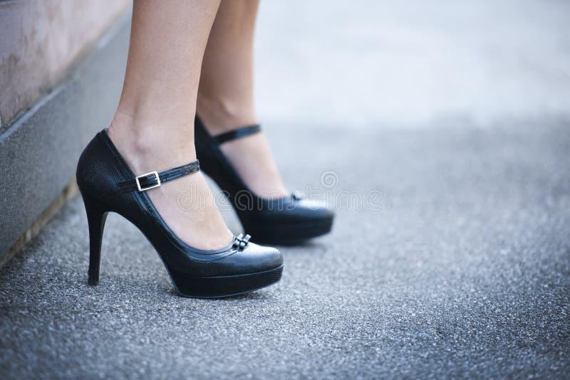Piernas femeninas y zapatos de los altos talones imágenes de archivo libres de regalías