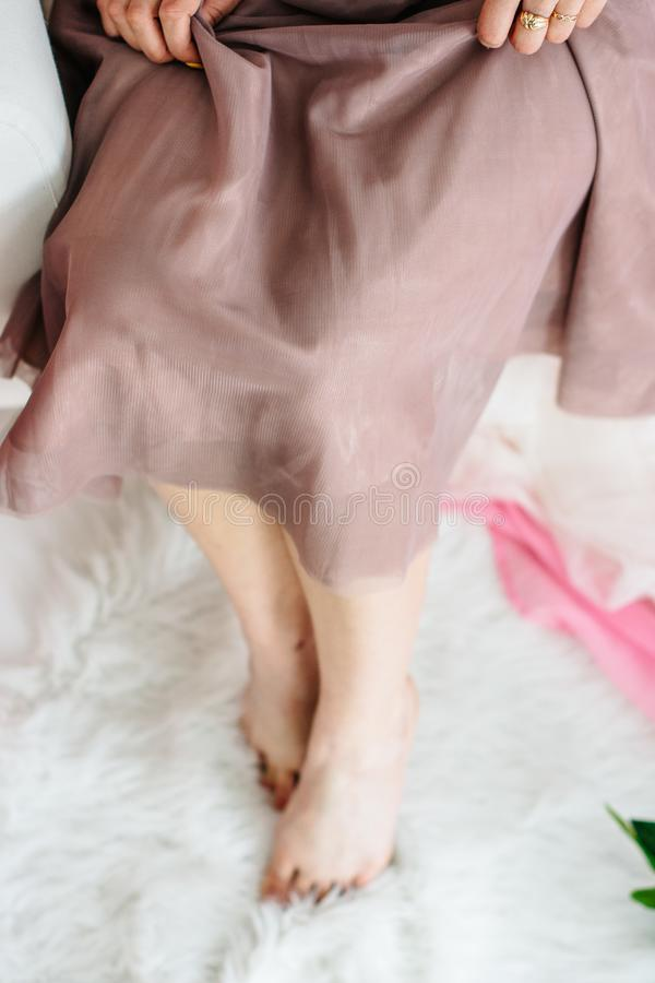 Piernas finas de una chica joven hermosa fotos de archivo