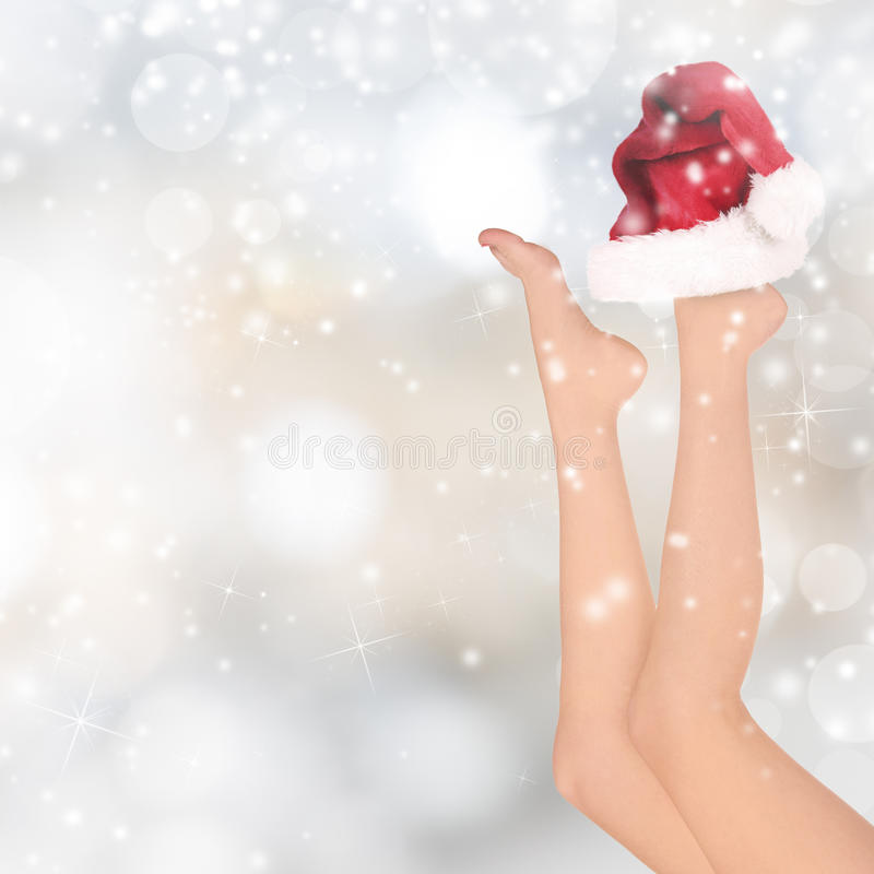Piernas hermosas de la mujer, fondo de la Navidad fotografía de archivo