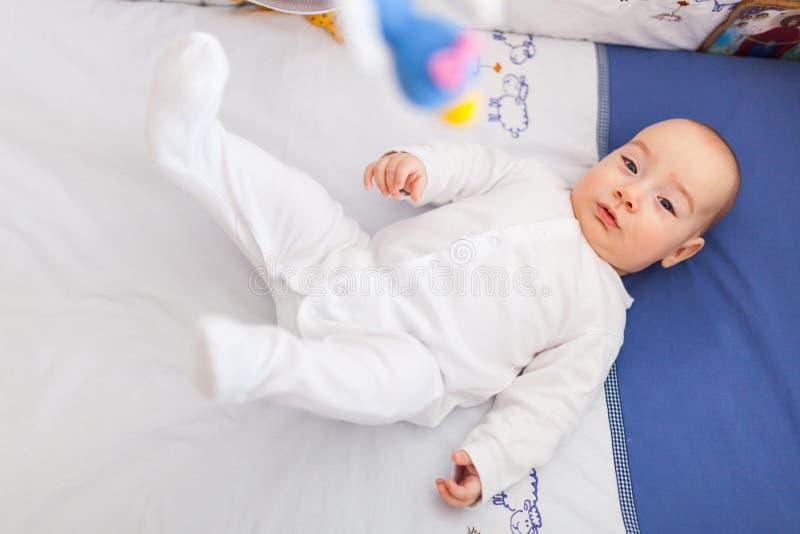 Piernas móviles del bebé fotografía de archivo libre de regalías