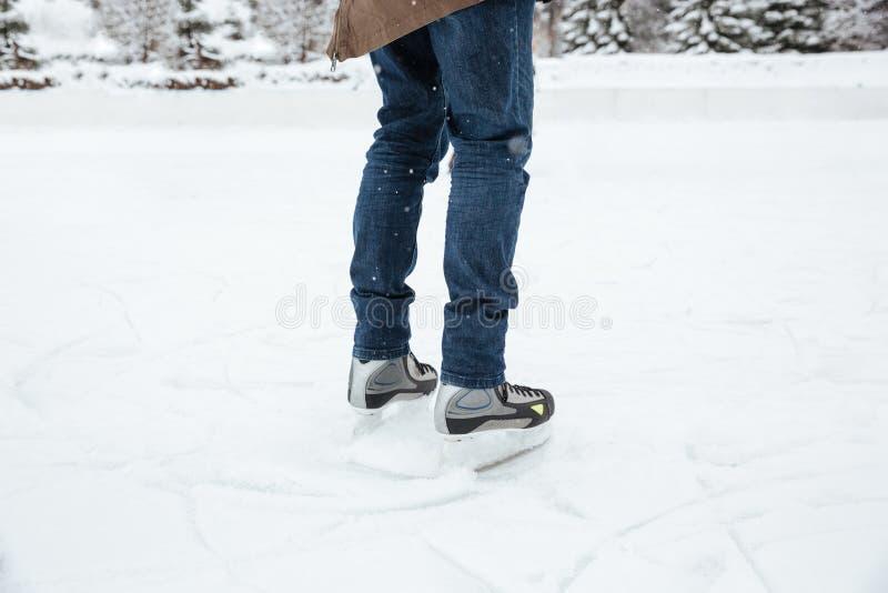 Piernas masculinas en patines de hielo fotos de archivo libres de regalías