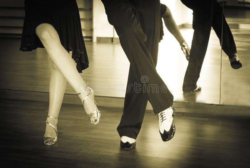 Piernas masculinas y femeninas que bailan los ritmos y el oscilación latinos imágenes de archivo libres de regalías