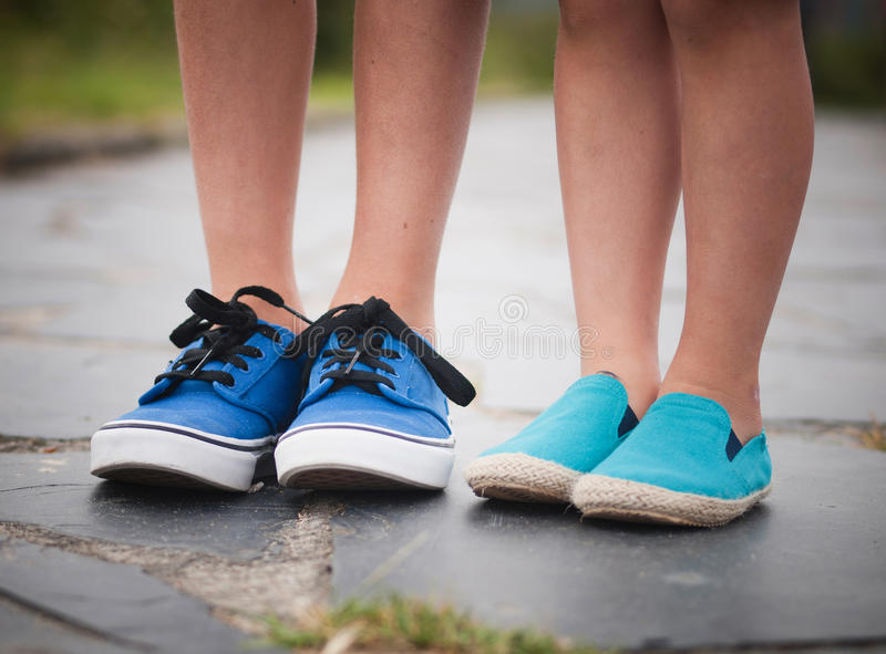 Piernas y pies de un niño foto de archivo libre de regalías