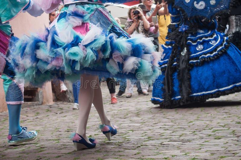 Piernas y vestido azul de la mujer Costumed en el desfile veneciano en Riquewihr en Alsacia foto de archivo libre de regalías