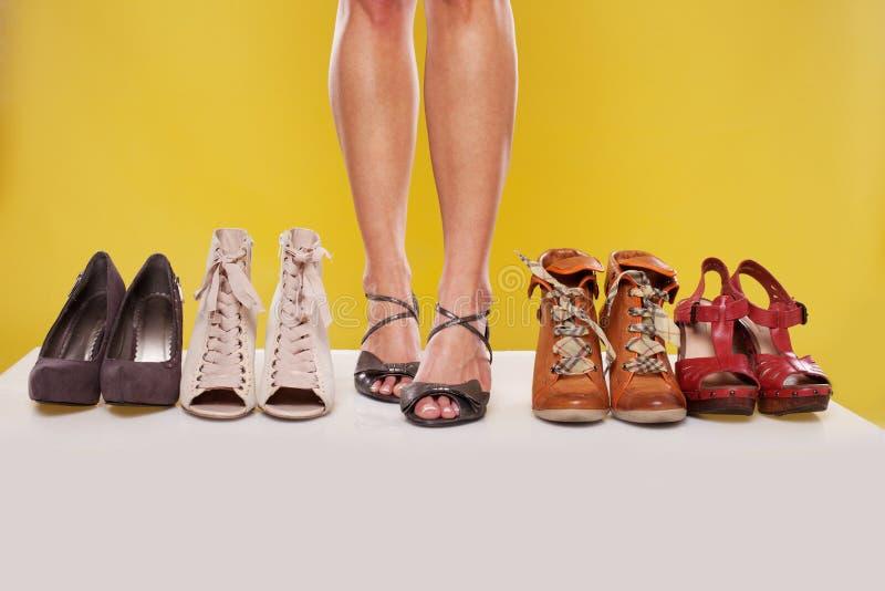 Piernas y zapatos bien proporcionados en la visualización imágenes de archivo libres de regalías