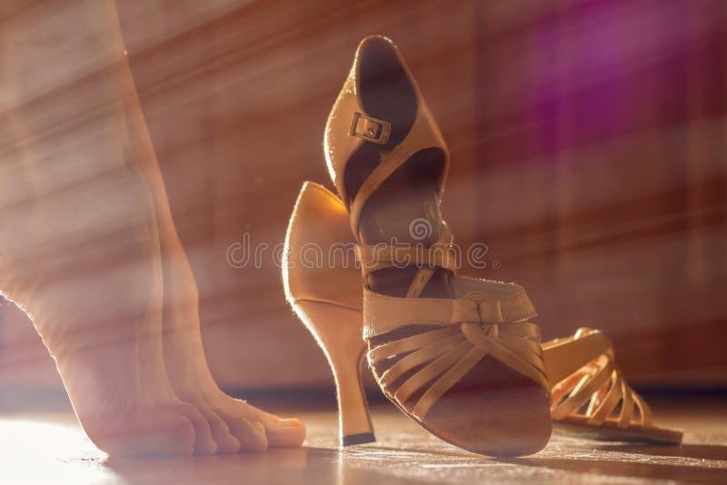 Piernas y zapatos femeninos para los primers del baile de sal?n de baile Preparaciones para el funcionamiento, para el concepto d foto de archivo libre de regalías