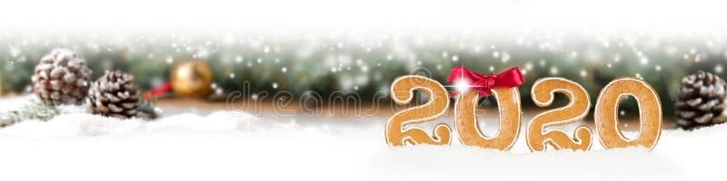 Piernik z Gingerbread Nowy Rok 2020 na tle gałęzi Spruce obraz royalty free