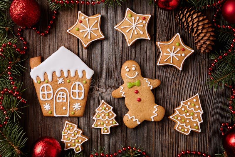 Piernikowego mężczyzna domu drzewni i gwiazdy futerkowi ciastka zdjęcie royalty free