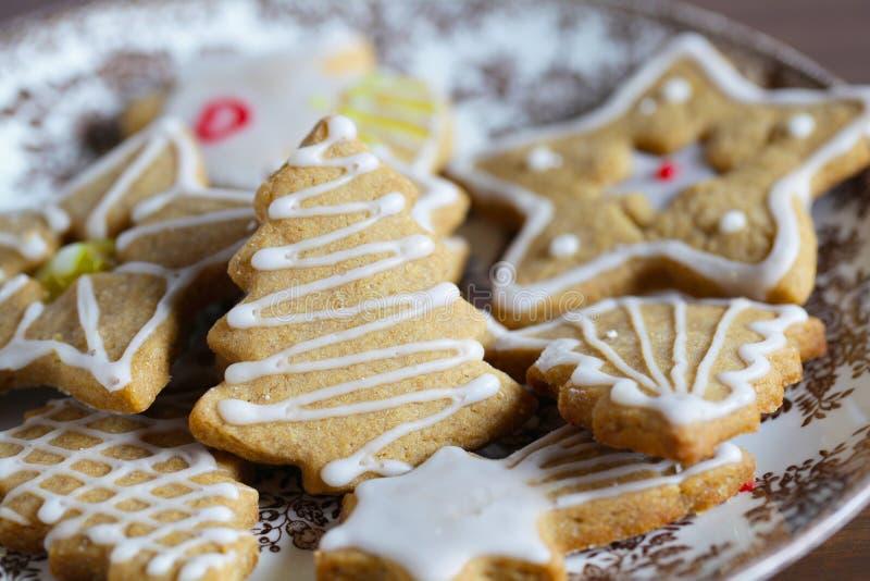 Piernikowi bożych narodzeń ciastka z koloru cukrowym lodowaceniem zdjęcie stock