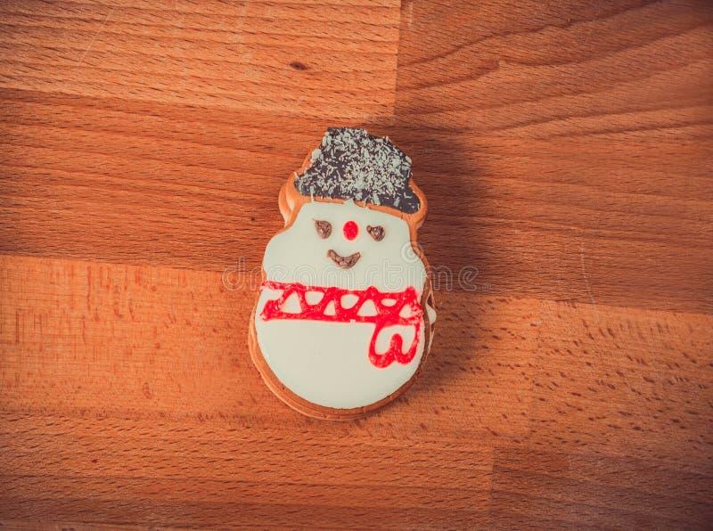 Piernikowi ciastka na drewnianym tle Bałwan, rogacz, jedlina, but, Święty Mikołaj, mitynka obrazy royalty free