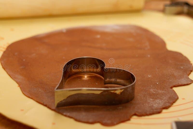 Piernikowy ciasto z sercowatą rozcięcie formą obraz royalty free