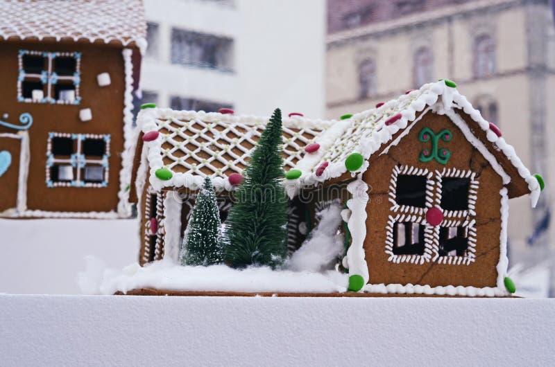 Piernikowy dom dekorujący dla bożych narodzeń obraz royalty free