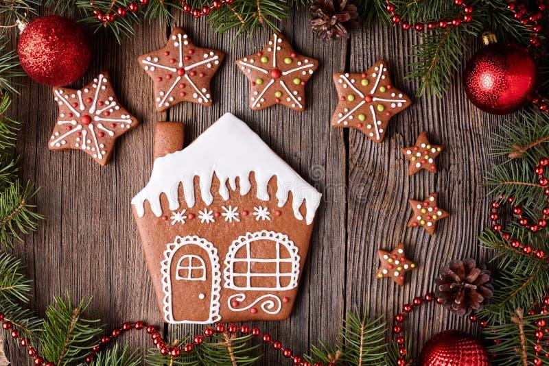 Piernikowy dom i gwiazdowi ciastek boże narodzenia obraz royalty free
