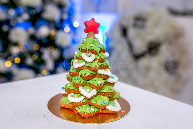 Piernikowy jedlinowy drzewo przed defocused światłami Chrismtas dekorował żywego pokój Wakacyjni cukierki Nowego Roku i bożych na zdjęcia stock