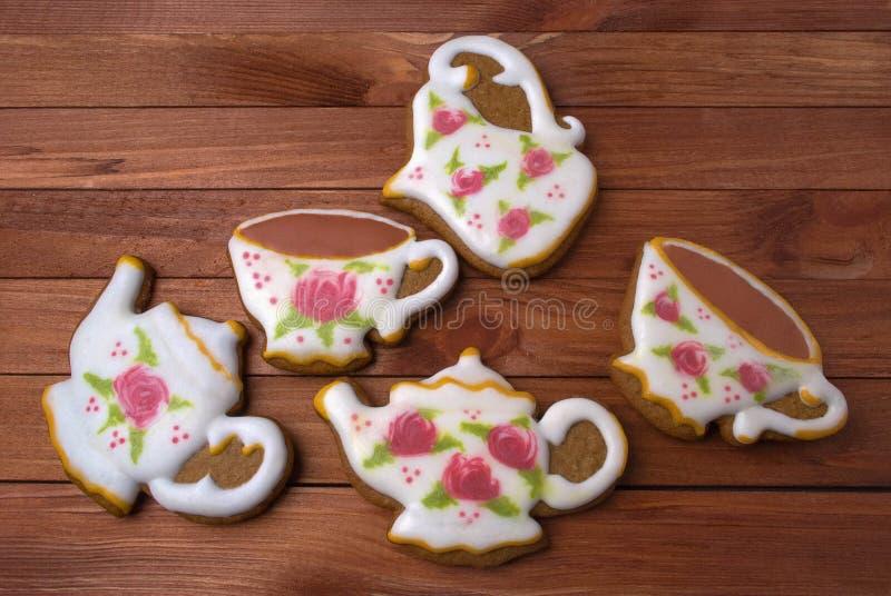 Piernikowy królewski lodowacenia herbaciany ustawiający dwa filiżanki herbata, dzbanek mleko i teapot, obraz royalty free