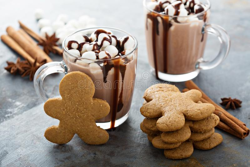 Piernikowych mężczyzna ciastka i gorąca czekolada zdjęcia stock