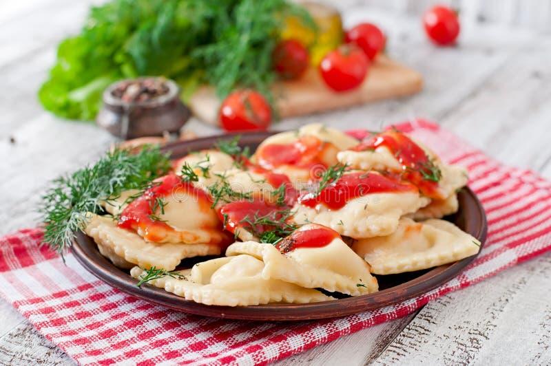 Pierożek z pomidorowym kumberlandem i koperem zdjęcia stock