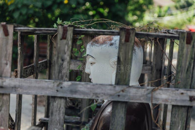 Pierre blanche découpant des sculptures en Bouddha en structure en bois chez Kek Lok Si Temple chez George Town Panang, Malaisie photographie stock