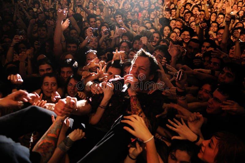 Pierre Bouvier, cantante de la banda simple del plan, rodeado por sus fans fotografía de archivo libre de regalías