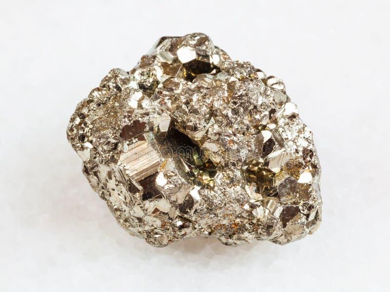 Pierre cristalline de pyrite de fer sur le blanc photos stock
