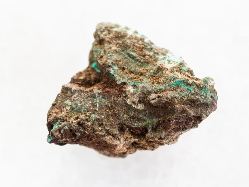 pierre crue de malachite (minerai de cuivre) sur le marbre blanc image stock