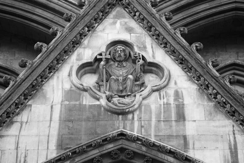 Pierre découpant au-dessus de la grande porte du nord, Abbaye de Westminster, Londres, Angleterre image libre de droits
