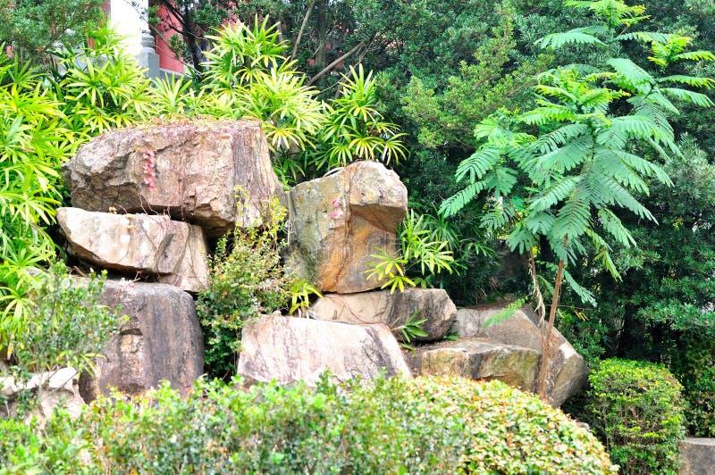 pierre rocaille marche en pierre extrieur et rocaille with pierre rocaille amazing deco jardin. Black Bedroom Furniture Sets. Home Design Ideas