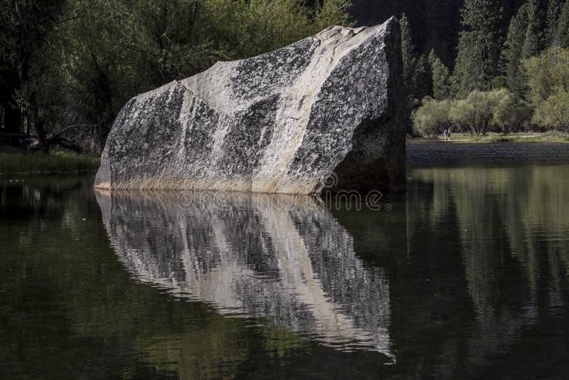 Pierre de lac mirror images libres de droits