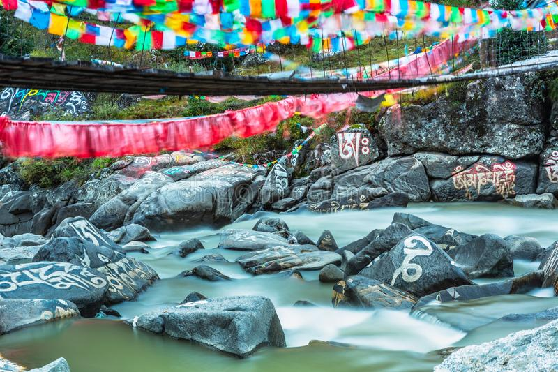 Pierre de Mani en rivière photos libres de droits