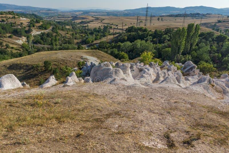 Pierre de phénomène de roche de vue panoramique épousant près de la ville de Kardzhali images libres de droits
