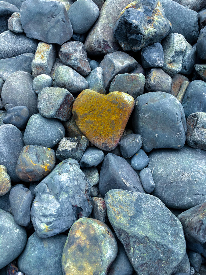 Pierre en forme de coeur dans la pile de Gray Rocks image stock