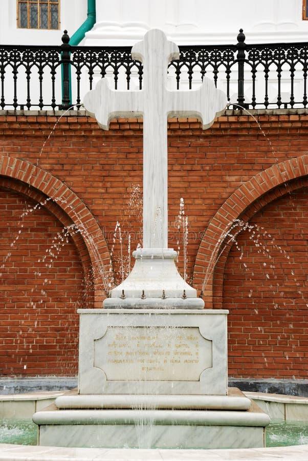 pierre en travers de fontaine images libres de droits