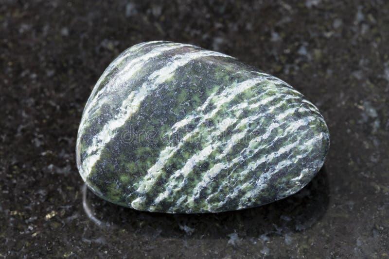 pierre gemme dégringolée d'amiante de chrysotile sur l'obscurité images libres de droits